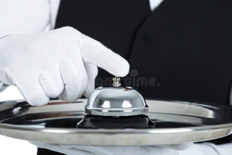 Butler tenant la cloche de service photo libre de droits