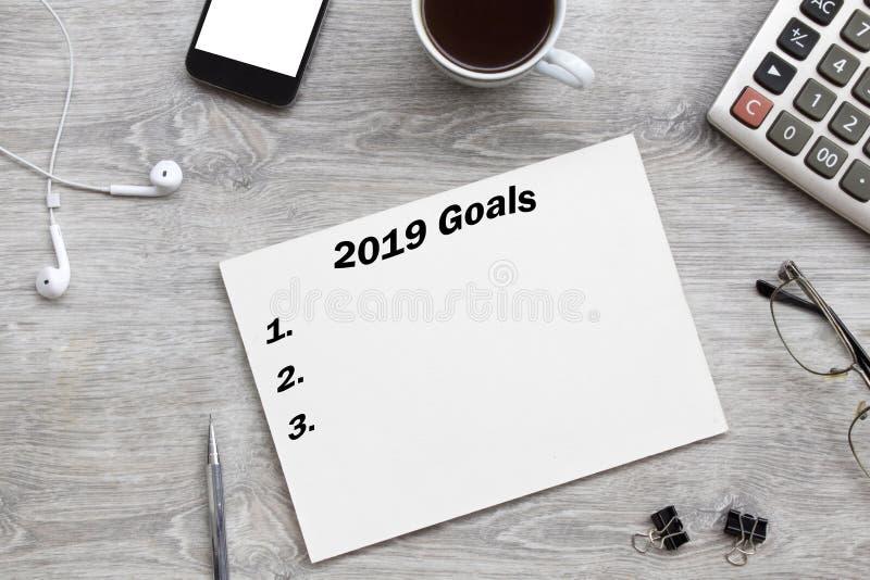 2019 buts énumèrent avec le papier, tasse de café plus de sur le fond gris images libres de droits