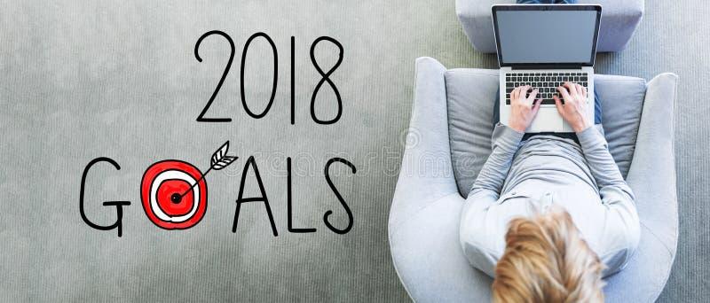 2018 buts avec l'homme à l'aide d'un ordinateur portable image libre de droits