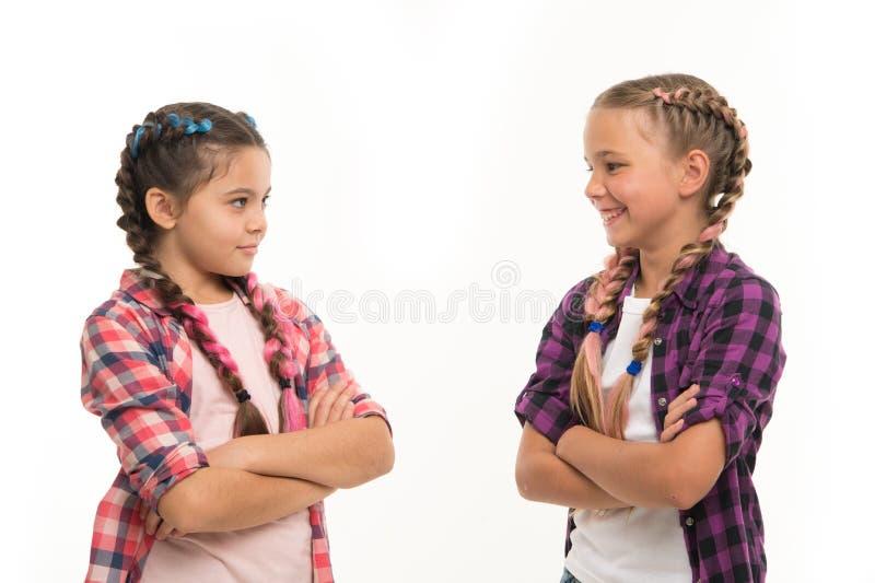 Buts de fraternité Les soeurs ont ensemble isolé le fond blanc Relations de soeur La fraternité est amour sans conditions images libres de droits
