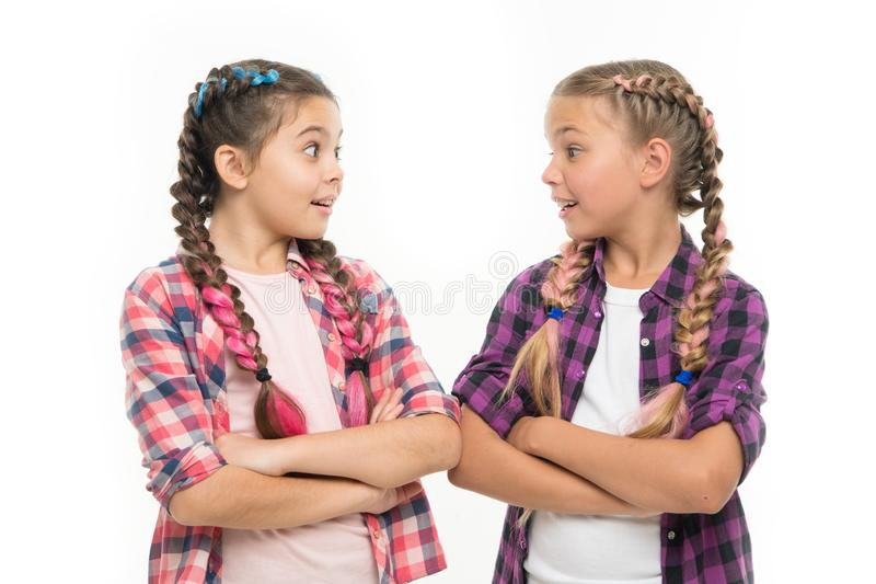Buts de fraternité de soutien et de confiance d'amitié Les soeurs ont ensemble isolé le fond blanc Relations de soeur image stock