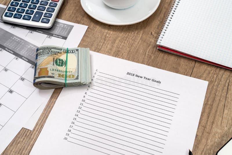 2018 buts de nouvelle année avec le dollar sur le bureau images libres de droits