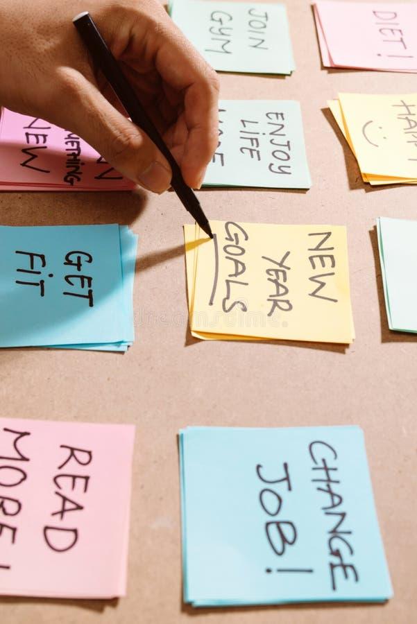 Buts de nouvelle année ou résolutions - notes collantes colorées sur un Notep photos stock