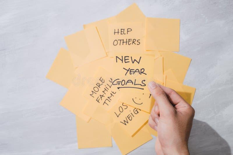Buts de nouvelle année ou résolutions - notes collantes jaunes avec du café sur la table image stock