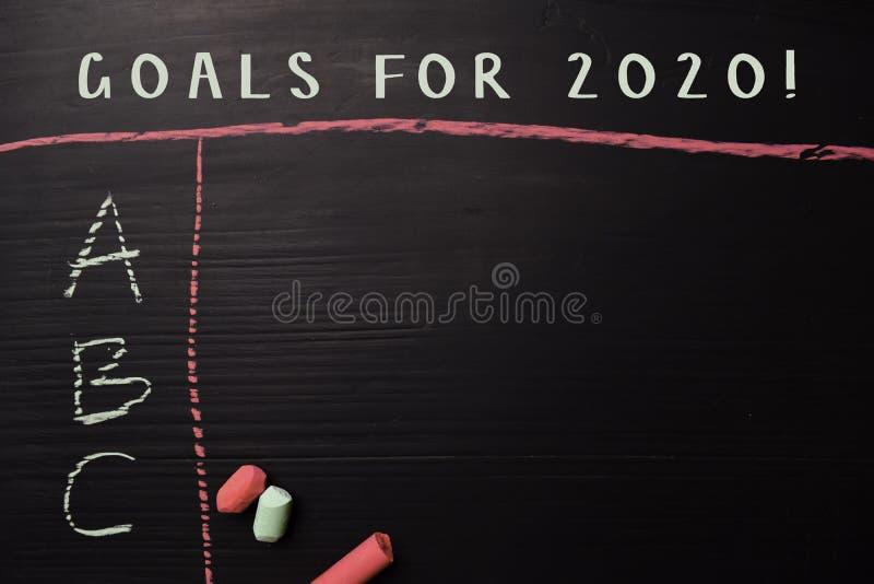 Buts pour 2020 ! écrit avec la craie de couleur Soutenu par des services supplémentaires Concept de tableau noir image stock