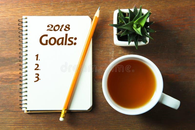Buts pour 2018 et une tasse de café photos libres de droits