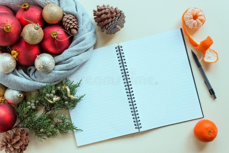2019 buts Pour faire la liste en bloc-notes à côté des décorations, des cônes et des mandarines de Noël image stock