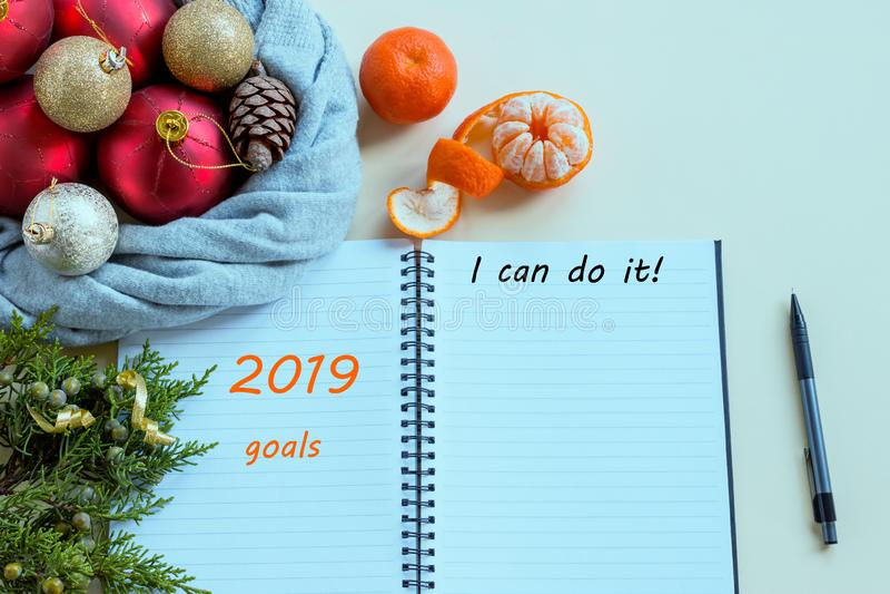 2019 buts Pour faire la liste en bloc-notes à côté des décorations, des cônes et des mandarines de Noël images libres de droits