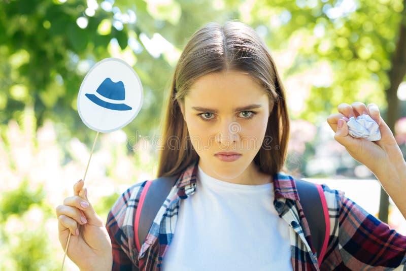 Buts prometteurs sérieux d'arrangement d'entrepreneur avec les chapeaux de pensée photographie stock libre de droits