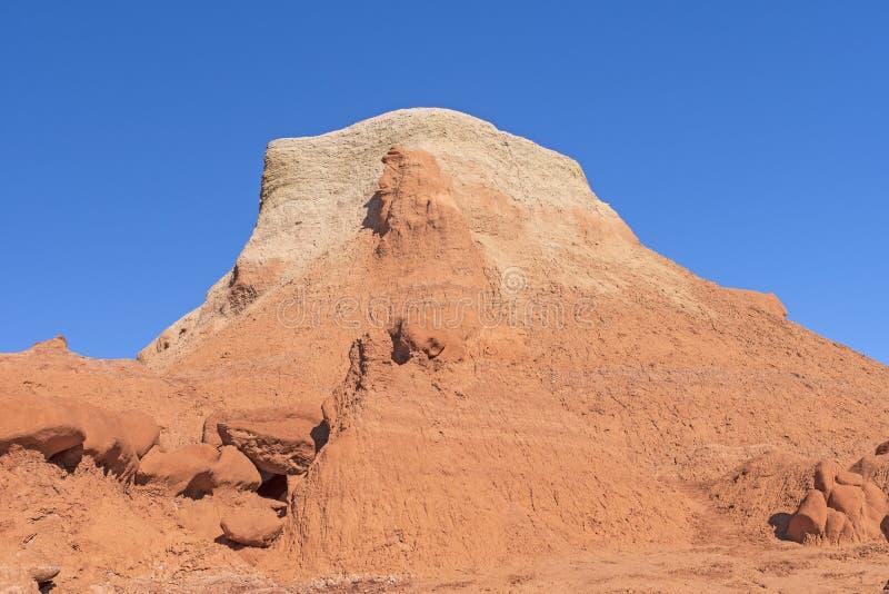 Butte colorée multicouche dans le désert photo stock