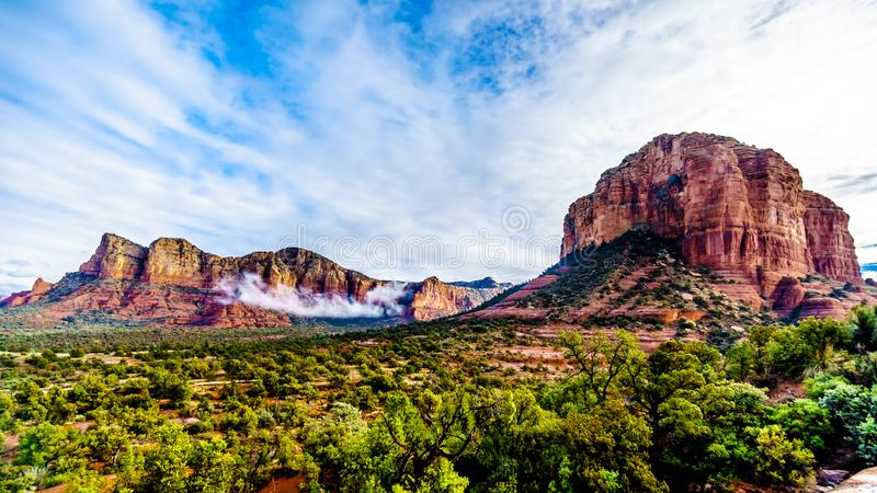 Butte de Lee Mountain et de tribunal entre le village d'Oak Creek et Sedona en Arizona du nord photos libres de droits