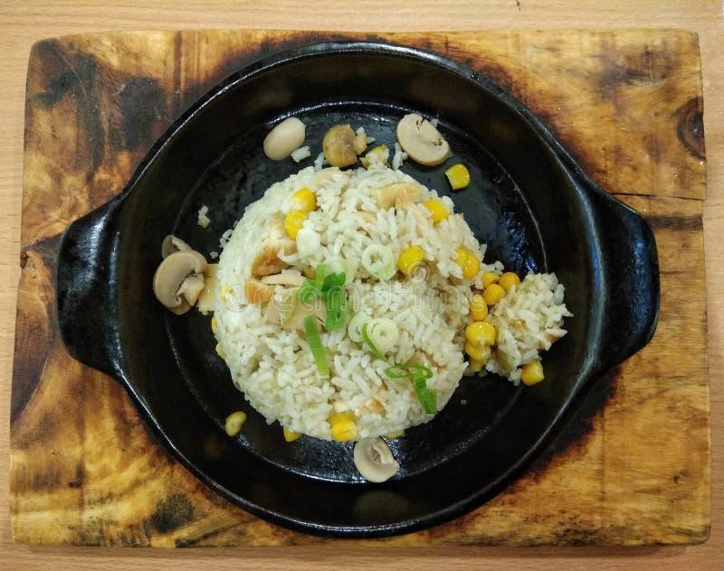 Butter Friedrice mit Mais und Pilzen lizenzfreies stockbild