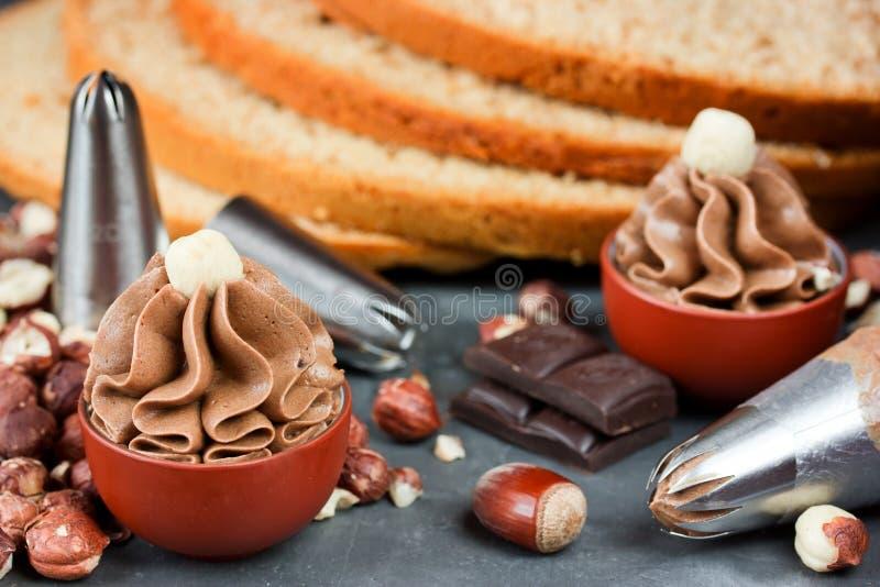 Buttercream con cacao, chocolate y avellanas en pequeños cuencos foto de archivo libre de regalías
