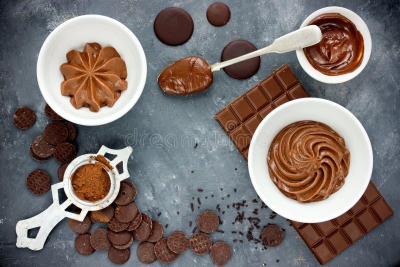 Buttercream del chocolate con la barra de chocolate, los microprocesadores de chocolate y el co imágenes de archivo libres de regalías