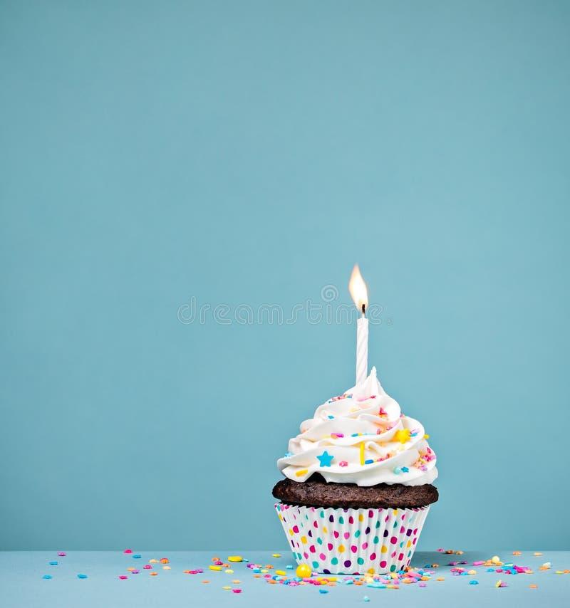 Buttercream födelsedagmuffin med stearinljuset royaltyfria bilder