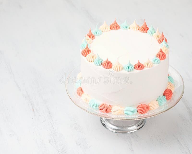 Buttercream kaka på en ställning arkivfoto