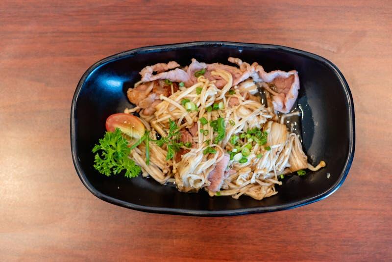 Buttered Enoki e Bacon, comida japonesa imagem de stock