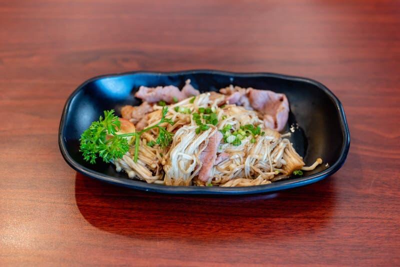Buttered Enoki e Bacon, comida japonesa imagens de stock