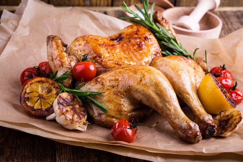 Butterflied briet Huhn mit Zitrone, Tomaten und Rosmarin er lizenzfreies stockfoto