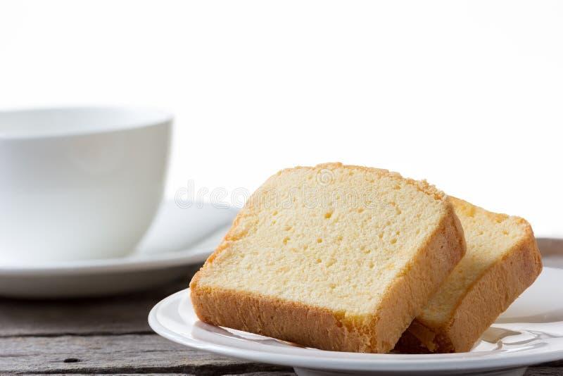 Butterkuchen mit Tasse Kaffee auf weißem Hintergrund lizenzfreies stockbild