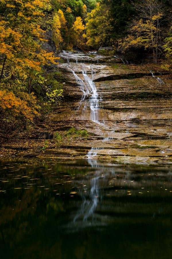 Buttermilch fällt - Autumn Waterfall - Ithaca, New York lizenzfreies stockfoto