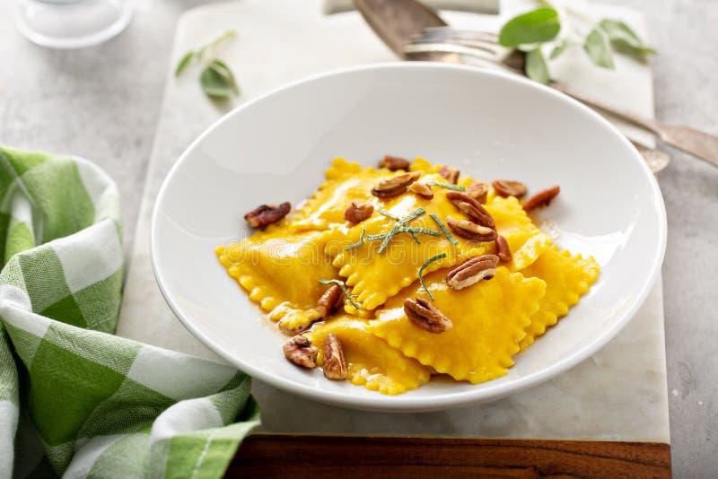 Butternut squash tortellini met bruine boter en pecannoten royalty-vrije stock foto