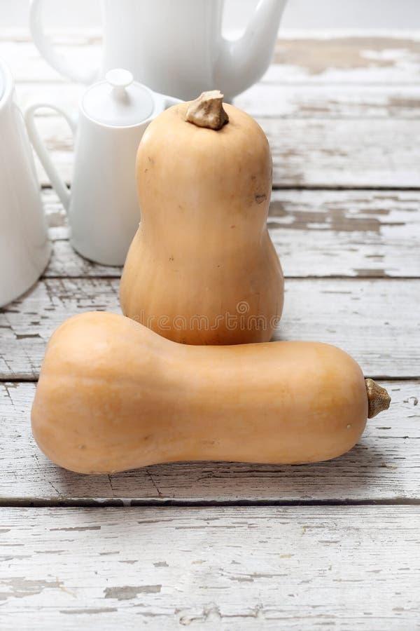 Butternutpompoen, verse groenten op houten countertop royalty-vrije stock afbeeldingen