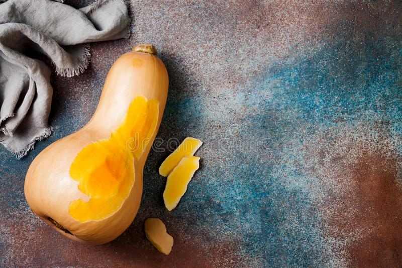 Butternutsquash på lantlig bakgrund Sund nedgång som lagar mat begrepp royaltyfri fotografi