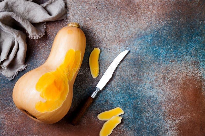 Butternutsquash på lantlig bakgrund Sund nedgång som lagar mat begrepp fotografering för bildbyråer