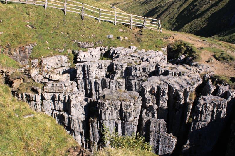 Buttertubs kalksten vaggar bildande i Yorkshire royaltyfria foton