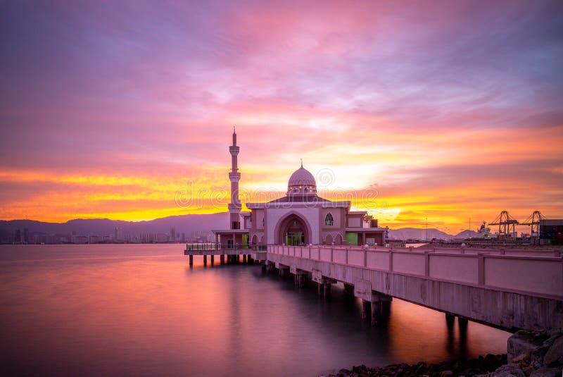 Butterworth som svävar moskén Masjid Terapung på skymning arkivfoto