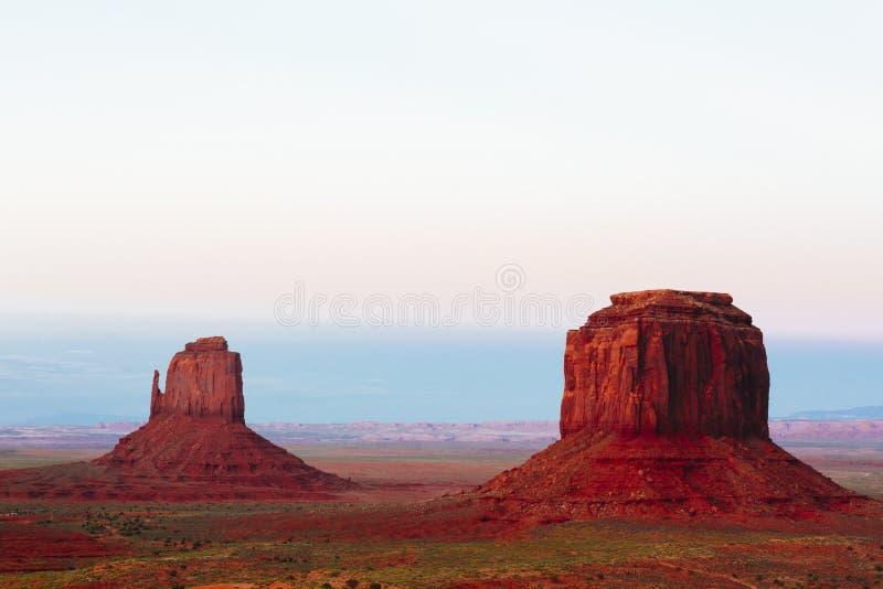 Buttes bij zonsondergang, de Vuisthandschoenen, Merrick Butte, Monumentenvallei, A stock foto