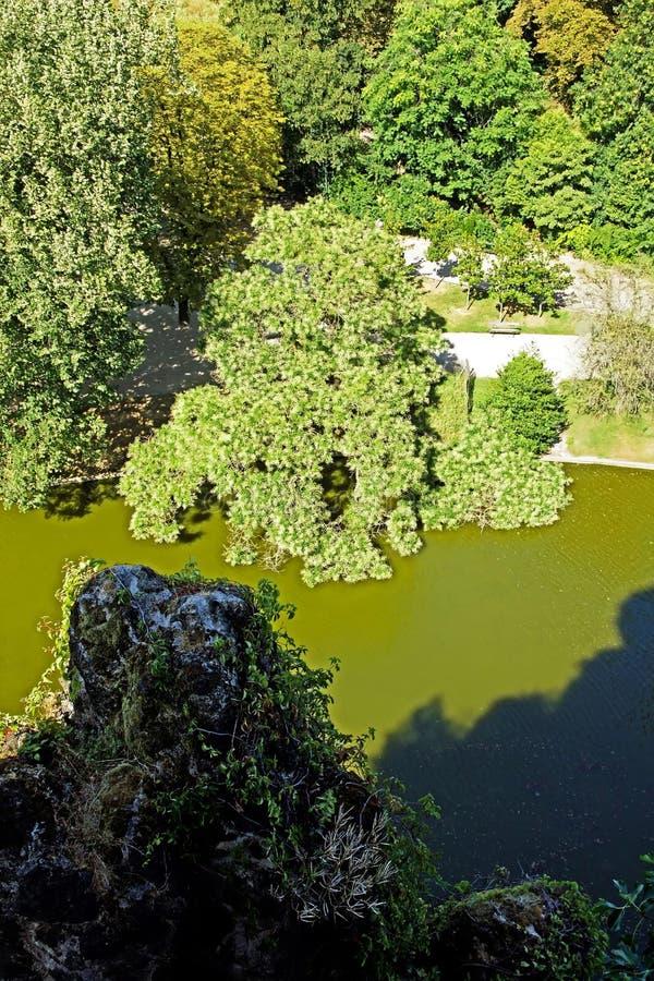 Buttes Chaumont, verticalidade O parque parisiense famoso de cima de Paris France foto de stock