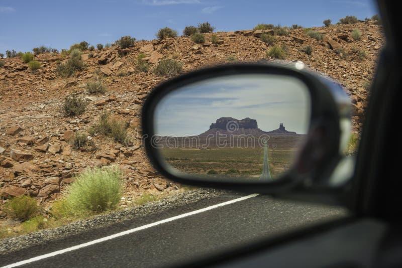 Buttes som ses till och med en backspegel - monumentdal Nationa arkivfoton