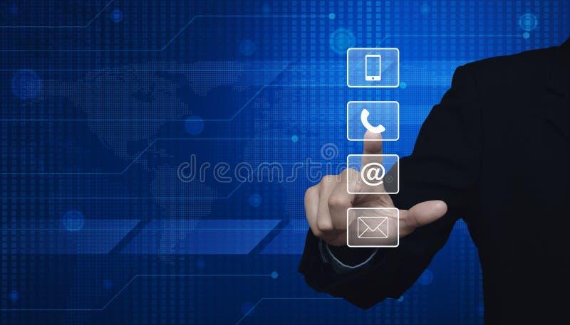 Butto de téléphone, de téléphone portable, à et d'email de pressing d'homme d'affaires photographie stock libre de droits