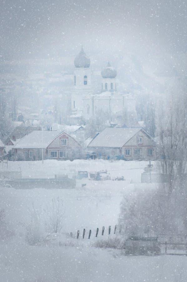 Buturlinovka, região de Voronezh de Rússia, o 3 de fevereiro de 2019 Tempestade de neve em uma vila do russo fotos de stock