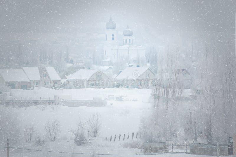 Buturlinovka, região de Voronezh de Rússia, o 3 de fevereiro de 2019 Tempestade de neve em uma vila do russo fotos de stock royalty free