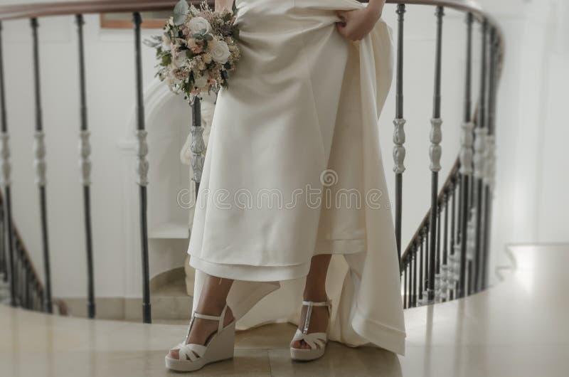 Buty i bridal bukiet z kwiatami obrazy royalty free