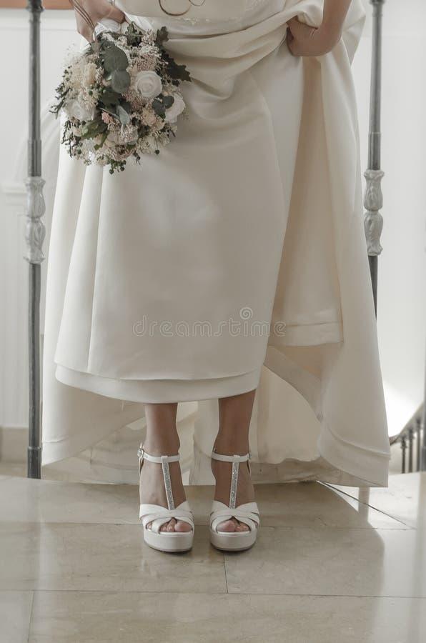 Buty i bridal bukiet z kwiatami zdjęcie stock