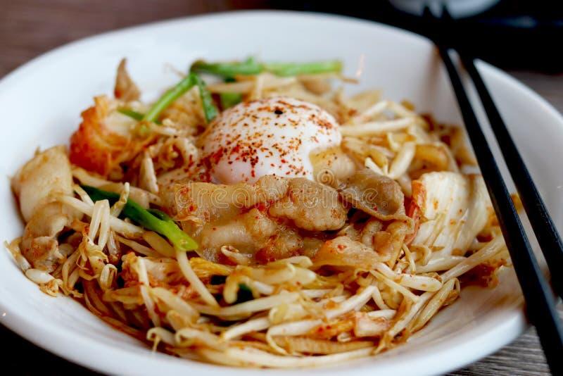 Buty Kimchi Kimchi i wieprzowiny dłoniak z onsen tamago jajko zdjęcia stock