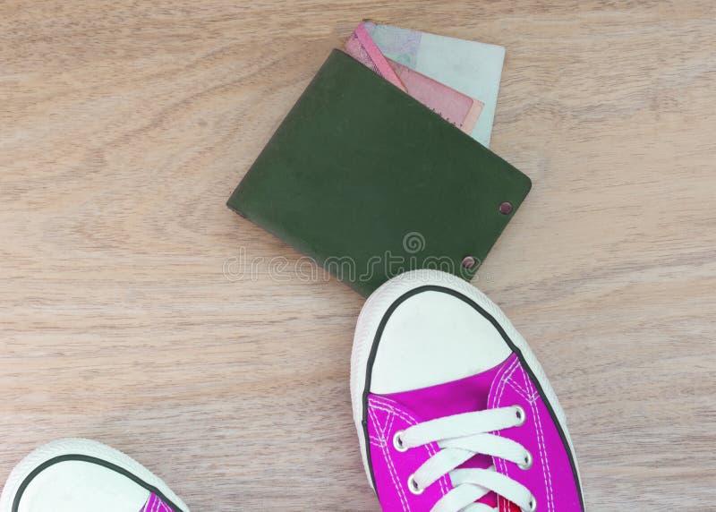 Buty kroczący na zielonym portflu z pieniądze zdjęcie royalty free