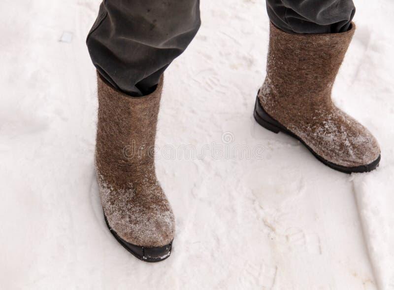 Buty na ciekach mężczyzna w zimie zdjęcia royalty free