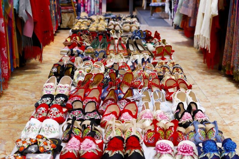 Buty w obuwianym sklepie w starym miasteczku Lijiang, Yunnan, Chiny zdjęcia royalty free