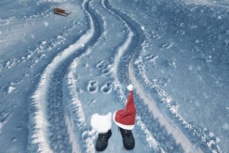 Buty z biały odczuwanym i boże narodzenia kapeluszowi na świeżym śniegu obraz stock