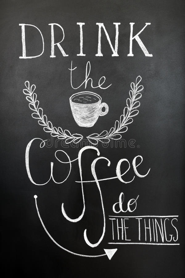 Buvez du café, faites les choses Affiche de typographie, copie d'art de mur Lettrage de craie sur le tableau noir Citation enviro images libres de droits