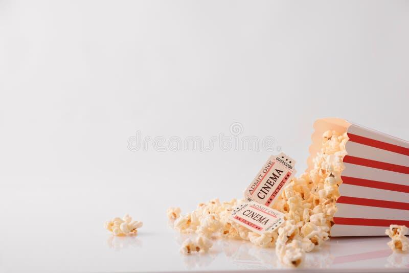 Buvez les billets de maïs éclaté et de film sur le détail blanc d'avant de fond photos libres de droits