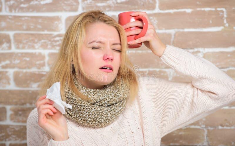 Buvez plus de liquide se d?barassent du froid Tasse et tissu de th? de prise de fille ?coulement nasal et d'autres sympt?mes du f photo stock