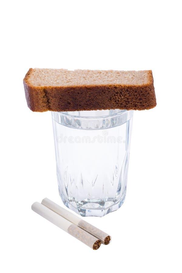 Buvez pour ceux qui sont morts, et fumez quelques cigarettes sur un blanc photo libre de droits