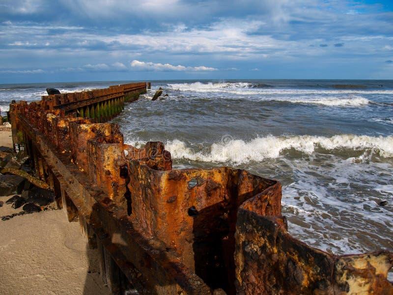 Buxton Jetty na praia velha do farol do ` s de North Carolina fotografia de stock royalty free