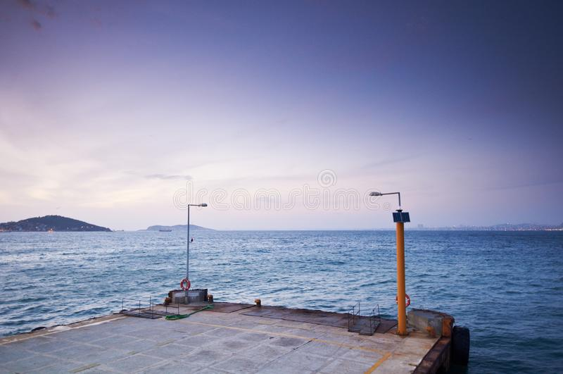 Buyukada,日落的伊斯坦布尔pictursque码头  免版税图库摄影